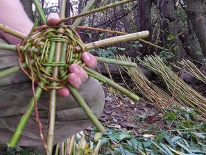 vytvorte si vlastný kurz, pletenie košika z konárov stromov kurz prežitia armytraining