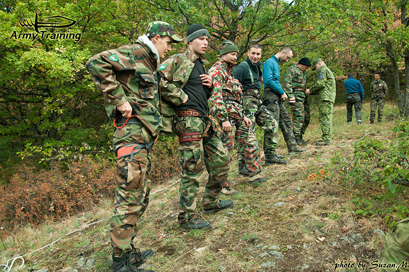 zlaňovanie v lese zo skál armytraining.sk