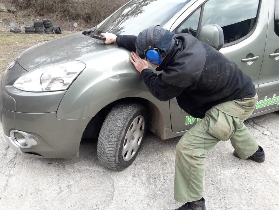 strelba zpoza auta 1